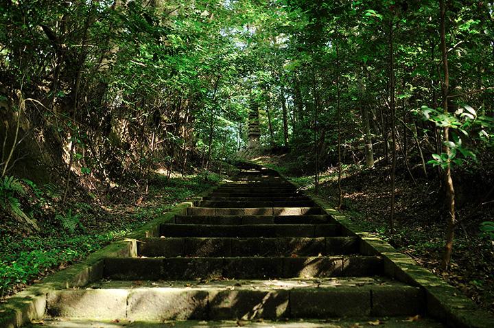神殿神社:階段を上ると十三重塔が
