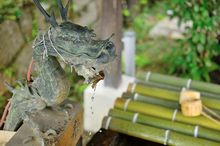 武内神社、龍の口から流れ出る水